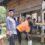 Tradisi Angkat Rumah Cerminan Budaya Gotong Royong
