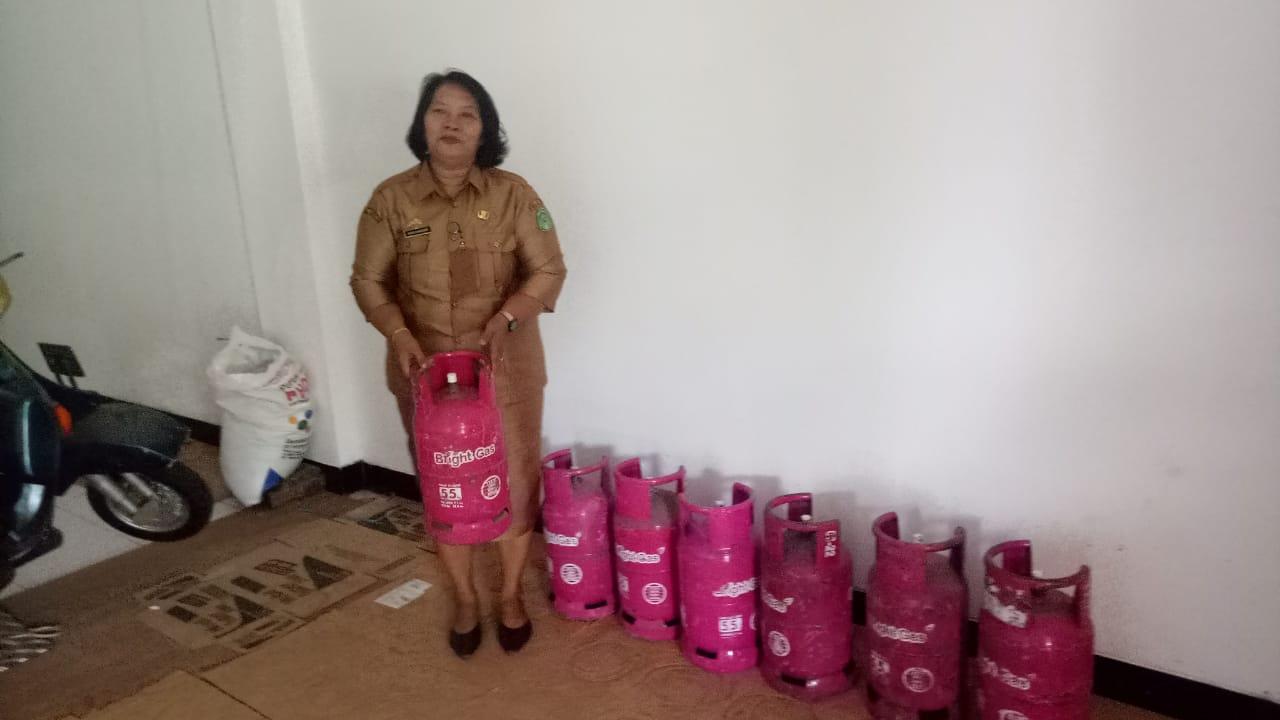 Kasek SDN 148 Tawi Baru Mangkutana saat membeli tabung gas 5,5 kg di salah satu pangkalan di Mangkutana