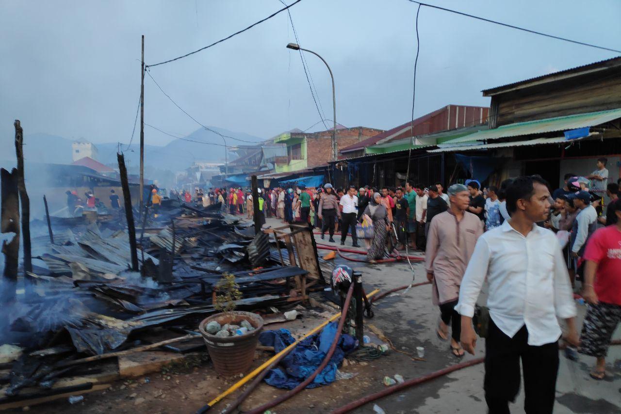 Nampak Kasat Reskrim Polres Lutim, Iptu Eli Kendek turun langsung melihat kebakaran yang melanda PSM.